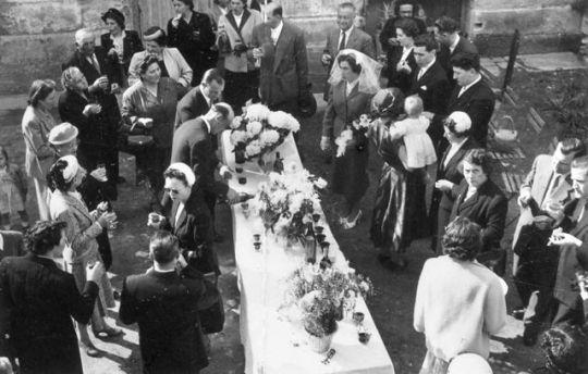 1wedding_cocktail_outside_church_est1948