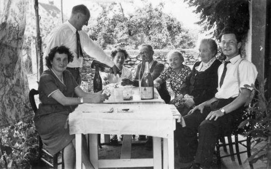 1groupe_table_ete_jardin_est1948