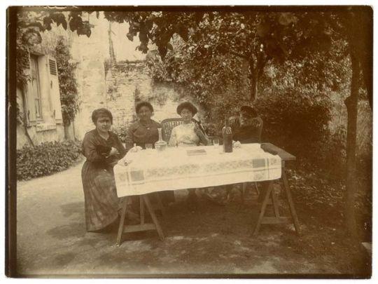 1old_wine_pics_drinking_in_shade_garden1895
