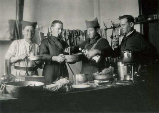 1old_wine_pics_conscripts_cooking1934