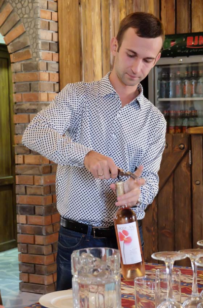 1voskevaz_winemaker_alexey_sapsay_opening_bottle