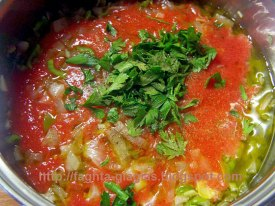 Ρολά μελιτζάνας με λουκάνικα σε σάλτσα ντομάτας - από «Τα φαγητά της γιαγιάς»